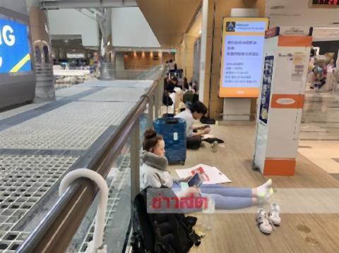 pict-100 Thais at Narita 2.jpg