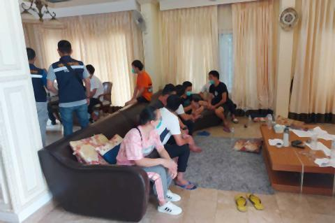 pict-19 Chinese held in Chiang Mai for illegal entry.jpg