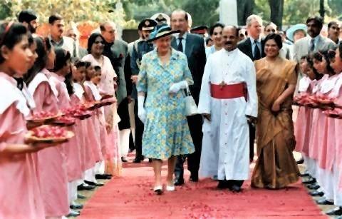 pict-1997学校を訪問エリザベス女王.jpg