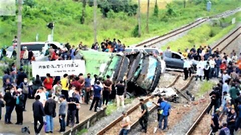 pict-20 killed as train rams into bus.jpg