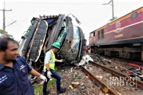 pict-20 killed as train rams into bus 2.jpg