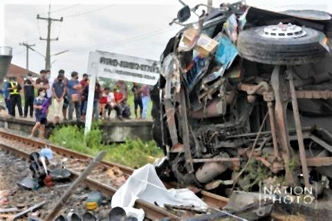 pict-20 killed as train rams into bus 3.jpg