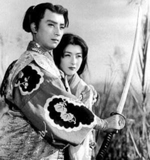 pict-300px-Chiyonosuke_Azuma_and_Shinobu_Chihara_in_Satomi_Hakken-den_(1954).jpg