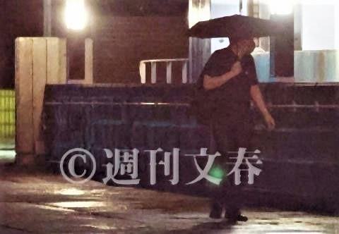pict-7時間後の午前4時、顔を背けながら傘をさして参院宿舎を出る橋本氏.jpg