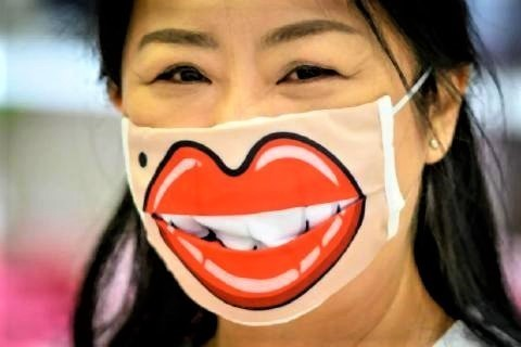 pict-A woman wearing a facemask.jpg