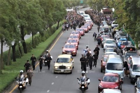 pict-Anti-government protesters march 5.jpg