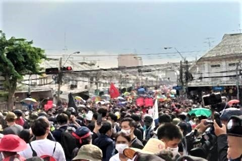 pict-Anti-government protesters march 6.jpg