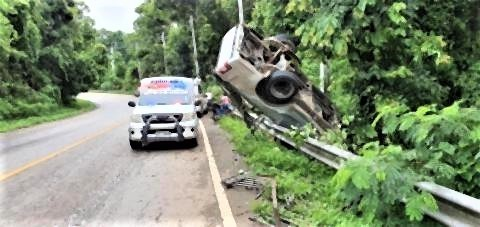 pict-Close call for truck carrying lamyai.jpg