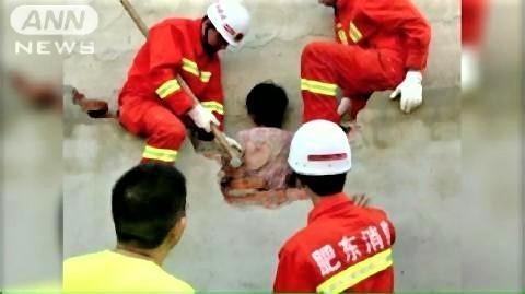 pict-なぜこんなことに?中国で隙間に挟まった女性救出.jpg