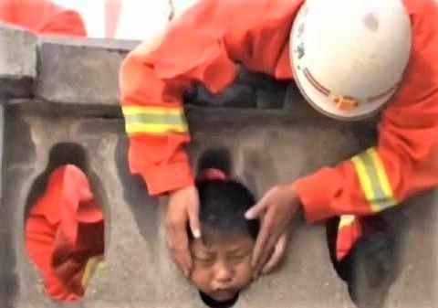 pict-なぜ中国の子供はよく建造物に挟まれるのか?.jpg