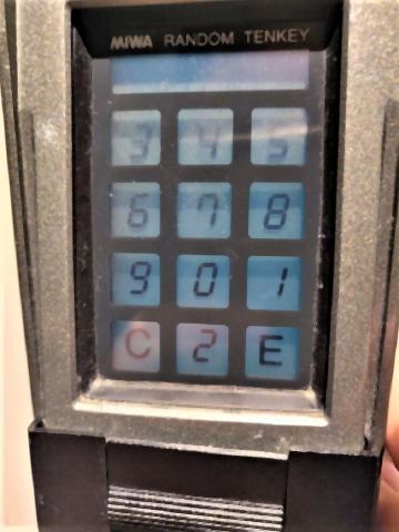 pict-キーパッドは毎回数字がランダムで並ぶので手の動きからパスワード.jpg