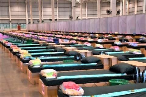 pict-サムットプラカン県の倉庫に開設する新型コロナ用臨時病床.jpg
