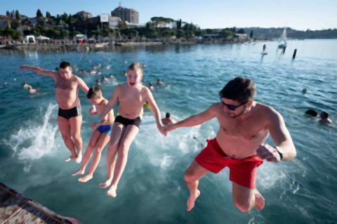 pict-スロベニアのポルトロシュで、新年の寒中水泳2.jpg
