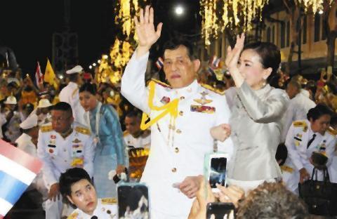 pict-タイ国王は笑顔で国民との触れ合いアピール 一方で当局は不敬罪.jpg