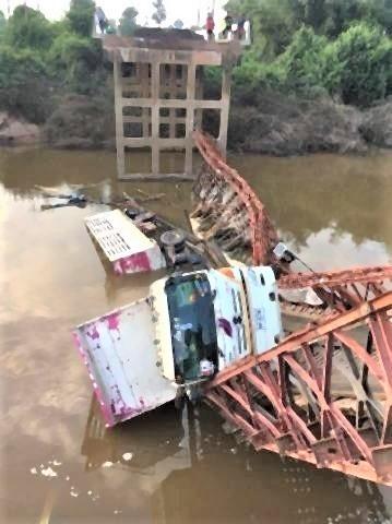 pict-タイ東北で橋崩落、トレーラー転落 .jpg
