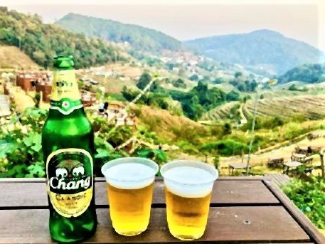 pict-テント前のテーブルで良い景色を眺めながらビール.jpg