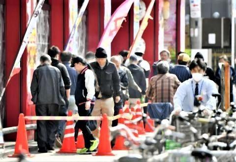 pict-パチンコ店に並ぶ=8日午前10時、大阪市西成区.jpg