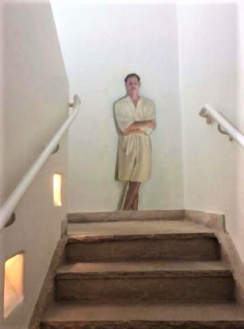 pict-フィットネスルームへ行く階段に描かれたオッサン.jpg