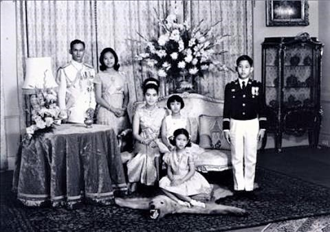 pict-プミポン国王、王妃と 4 人の子供、1966 年撮影.jpg