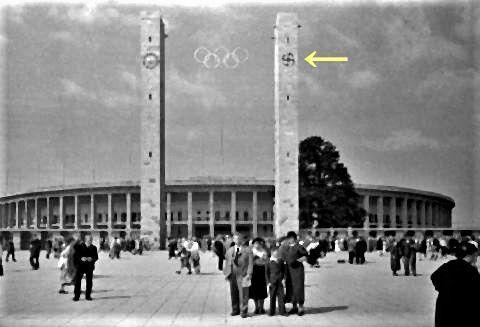 pict-ベルリン・オリンピアシュタディオン。右側の柱にはハーケンクロイツが.jpg