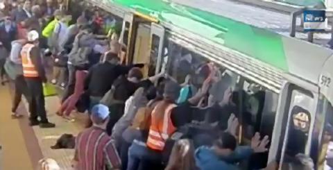 pict-ホームと電車に足を挟まれた男性を.jpg