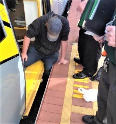 pict-ホームと電車に足を挟まれた男性を救うため.jpg