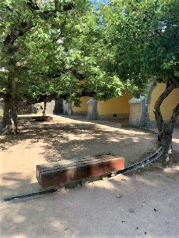 pict-レールで常に日陰に移動できる公園のベンチ.jpg