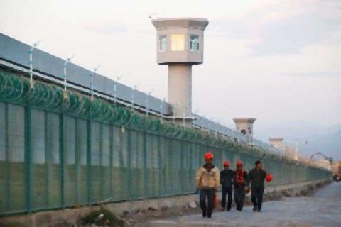 pict-ロイター取材中国・ウイグル族収容所と思しき施設.jpg