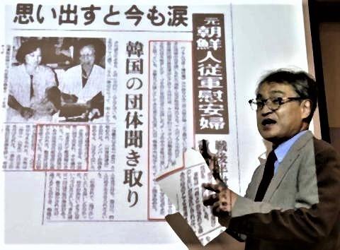 pict-元慰安婦の証言記事を前に、記者会見植村隆氏=2015年8月、ソウル.jpg