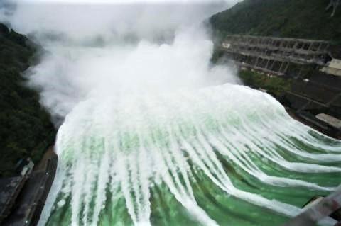 pict-全ゲートを開いて放流する新安江ダム(2020年7月8日撮影.jpg