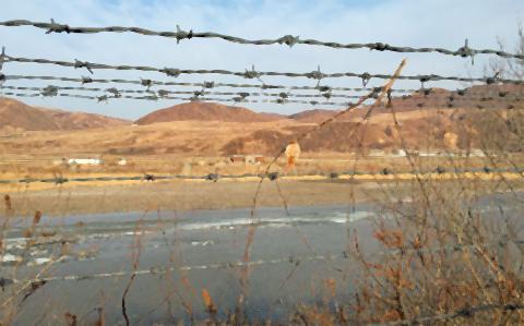 pict-写真は中朝国境の豆満江.jpg