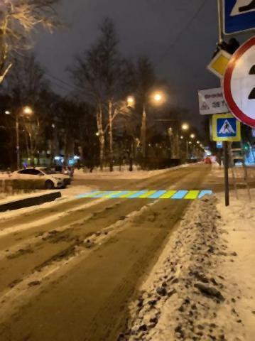 pict-冬の汚い道路に投影される横断歩道.jpg