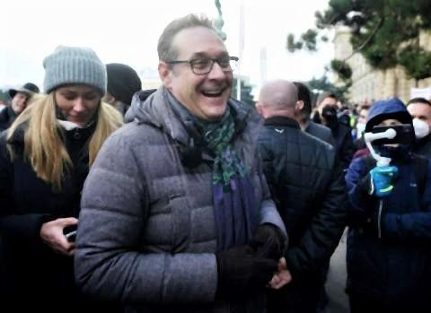 pict-制限措置に抗議するデモに参加するハインツクリスティアン・シュトラッヘ元副首相.jpg