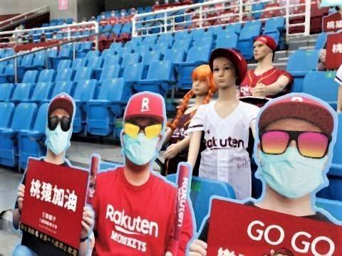 pict-台湾プロ野球の開幕戦、スタンドに並べられた楽天モンキーズ.jpg