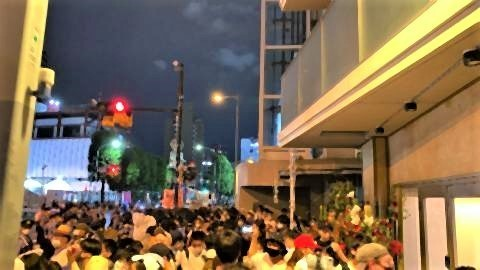 pict-国立競技場の外には人が密集。歩道は人ひとりがすれ違うのがやっと。.jpg