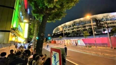 pict-国立競技場の西側を通る外苑西通りは通行止めに。沿道には多くの人が集まった。.jpg