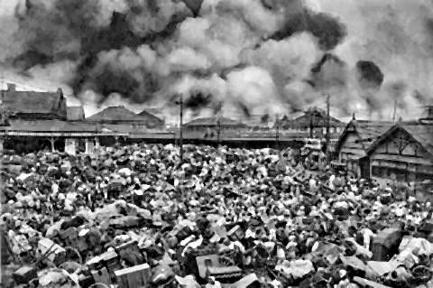 pict-家財道具を大八車に満載し,上野駅前の広場を埋め尽くした避難者.jpg