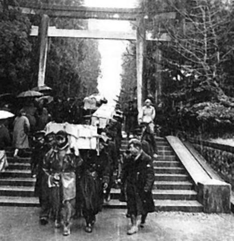 pict-彌彦神社より運び出される犠牲者の柩.jpg