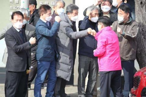 pict-握手のかわりに拳で挨拶未来韓国党.jpg