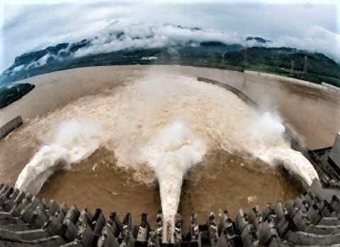 pict-放水口を開き放流する三峡ダム(2020年7月2日撮影).jpg