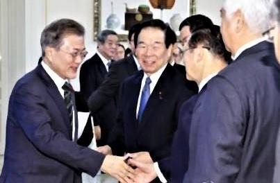 pict-日韓議連の代表団とあいさつする文大統領.jpg