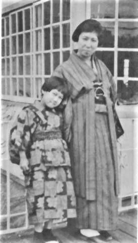 pict-最初の妻の千代、左側娘の鮎子.jpg