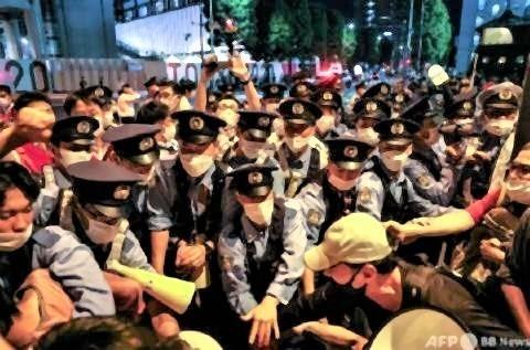 pict-東京五輪反対、デモ隊の前に立ちはだかる警察.jpg