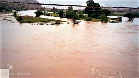 pict-氾濫するヨム川がメーホンソン.jpg
