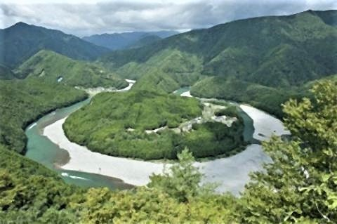 pict-熊野川町嶋津地区から見える「龍穴」.jpg