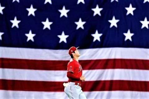 pict-背景は全面アメリカの星条旗…9.11の試合前に大谷を撮影.jpg