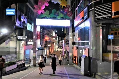 pict-若者文化の発信地である原宿・竹下通り。多くの店が消灯しており、人通りはまばら.jpg