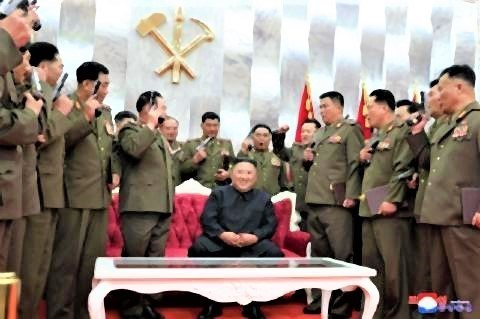 pict-金正恩、軍幹部らに拳銃授与 朝鮮戦争休戦67年で結束.jpg
