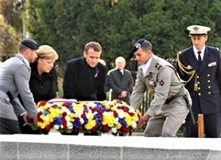 pict-10日、仏北部で、記念碑に献花するマクロン仏大統領とメルケル独首相.jpg