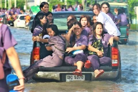 pict-Flooding forces some Bang Poo factories to close.jpg